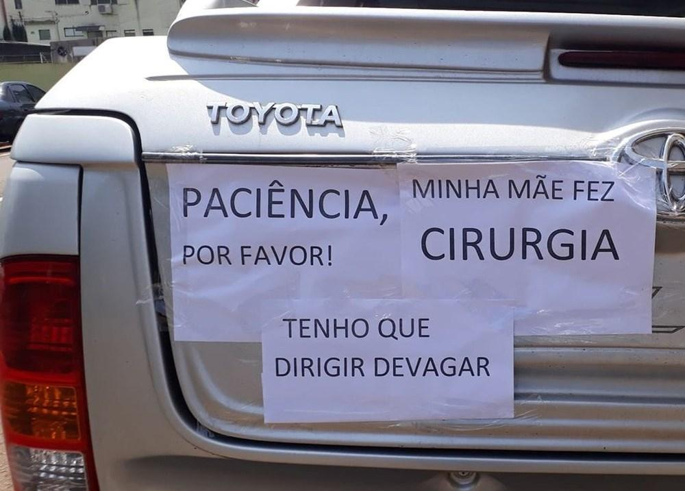 'Paciência, por favor. Minha mãe fez cirurgia': Filha põe cartazes em caminhonete para justificar lentidão em viagem até SC