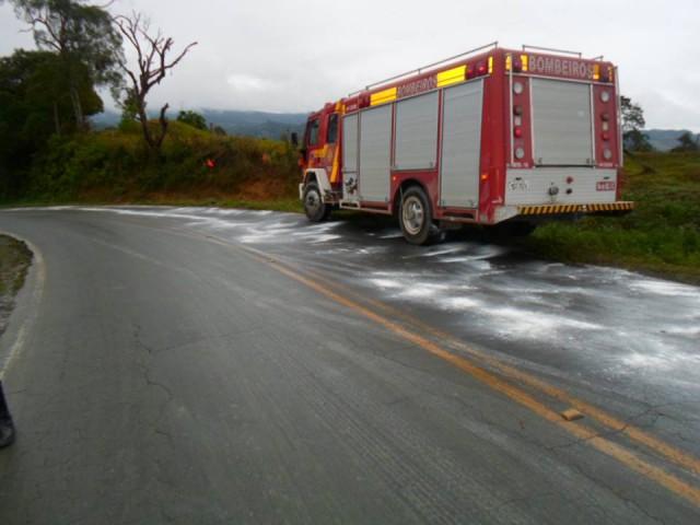 Bombeiros jogam cal sobre pista na rodovia entre Atalanta e Agrolândia