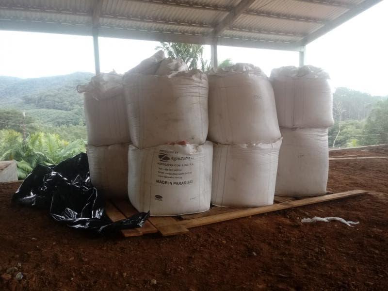 14 toneladas de fertilizantes roubados são localizadas em terreno de Luiz Alves