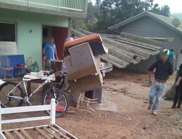 Lagoa estoura e água atinge residências e veículos em Laurentino