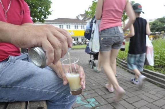 Proposta que proíbe consumo de bebida em local público será apresentada em Rio do Sul