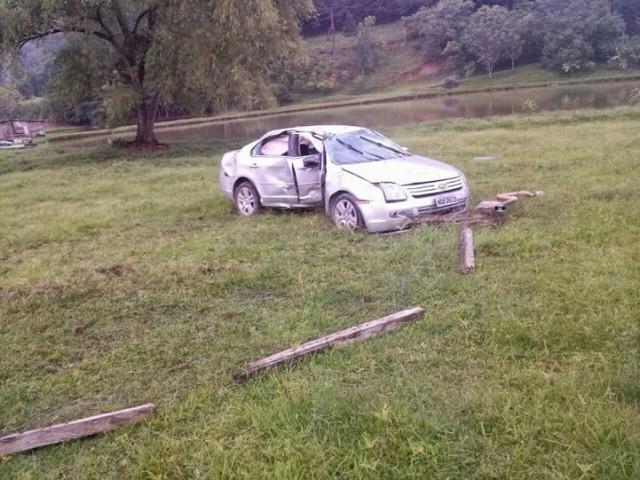 Carro sai da pista, colide em cerca e árvore entre Agrolândia e Trombudo Central