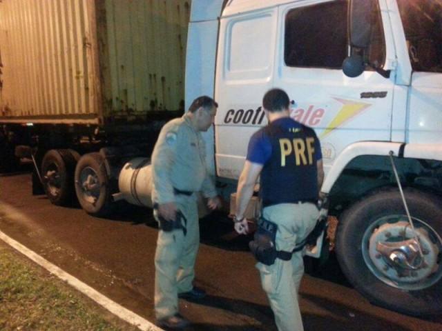 Caminhoneiro lesiona gravemente uma motociclista em Blumenau, foge e é preso em Rio do Sul