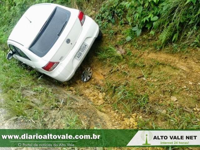 Segundo no mesmo lugar: Carro sai da pista e colide em barranco entre Agrolândia e Atalanta