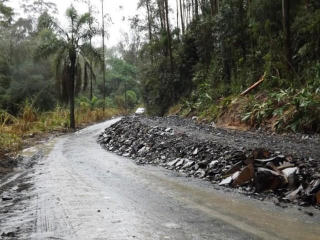 Motoristas que trafegam pela estrada geral do Molungú em Vidal Ramos precisam ter cautela