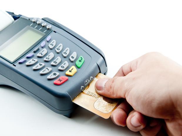 Senado aprova proposta que permite cobrança diferenciada em pagamentos com cartão de crédito