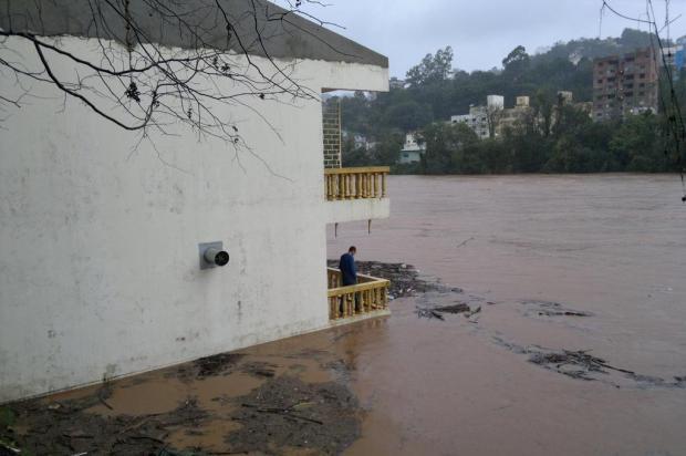 Rio do Peixe sobe 40 centímetros por hora e moradores começam retirar móveis de casa no Meio-Oeste