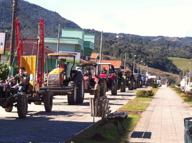 Festa do Colono e Motorista de Leoberto Leal é encerrada com show e sorteio de brindes