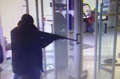 Assaltantes de banco trocam tiros com a polícia e levam refém na Serra de SC