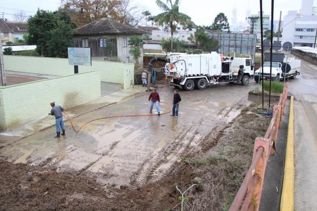 Secretaria de Obras realiza limpeza das ruas em Rio do Sul
