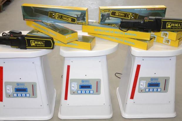 Estado compra 300 detectores de metal para barrar celulares nos presídios