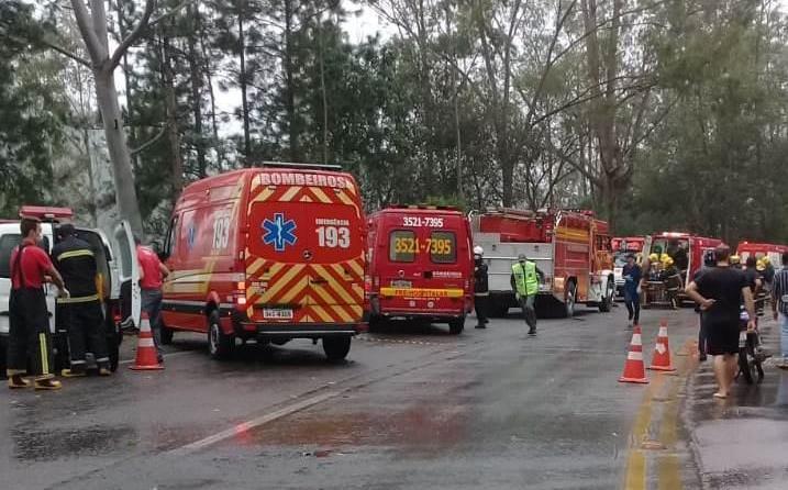 Acidente entre carreta e ônibus na BR-470, em Ibirama, deixa mortos e feridos