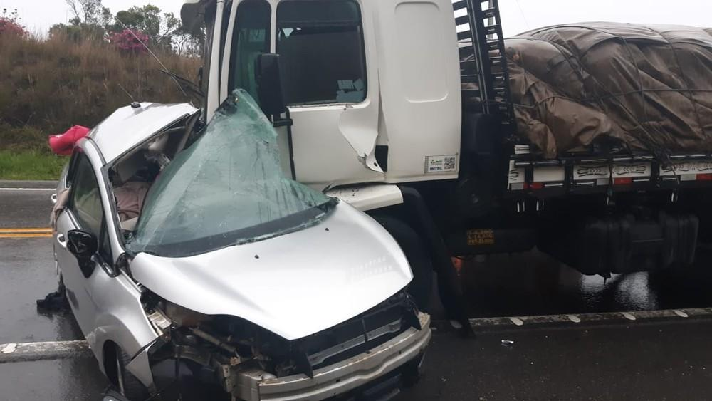 Acidente entre carro e caminhão deixa duas pessoas mortas na BR-282, em Alfredo Wagner