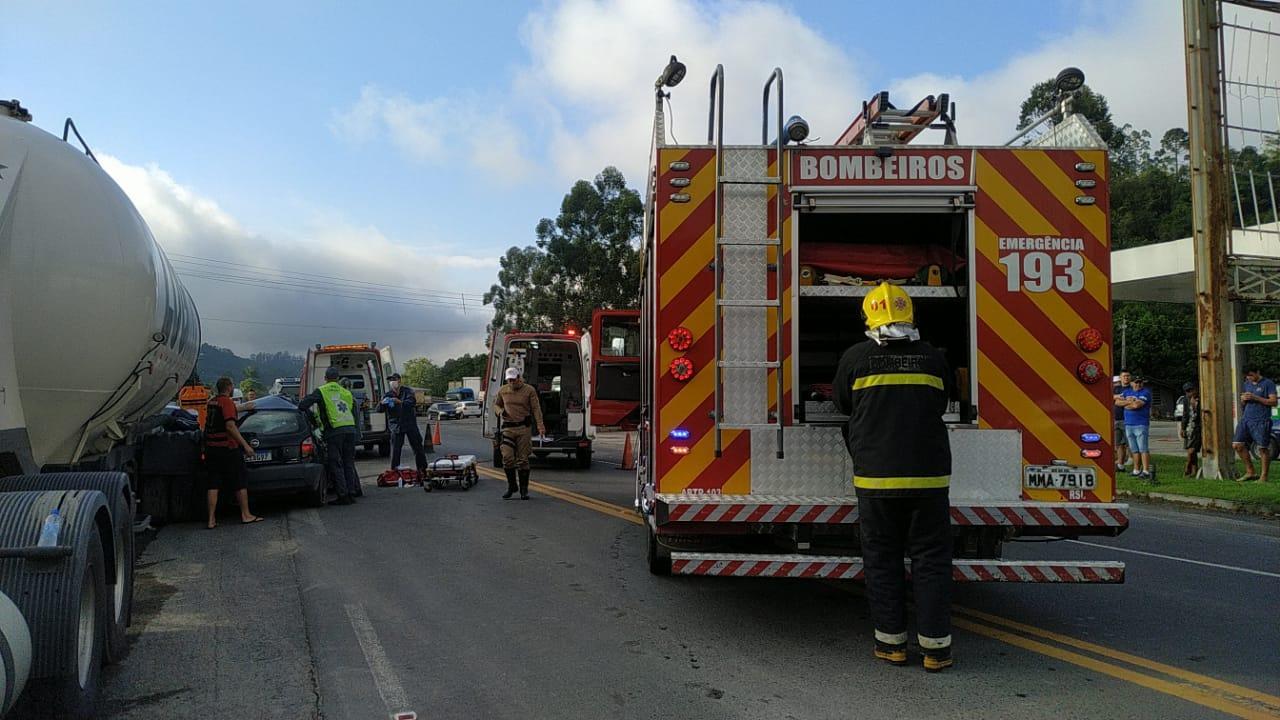 Duas pessoas morrem em acidente entre carro e caminhão na SC-350 em Aurora