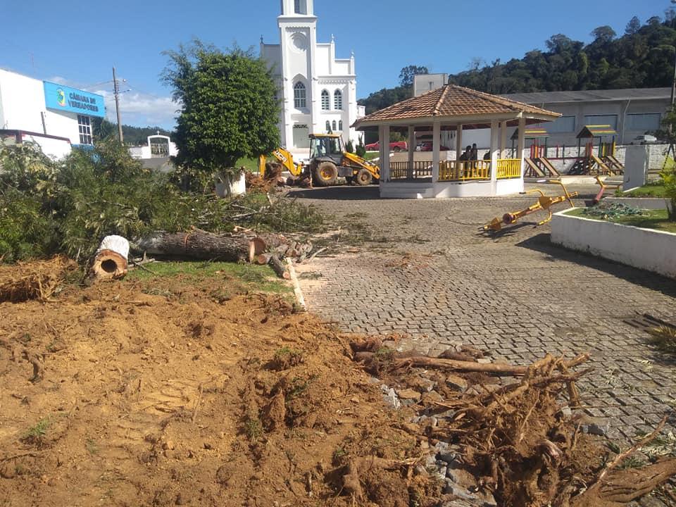 Administração de Aurora faz reparos na Praça no Central do Município