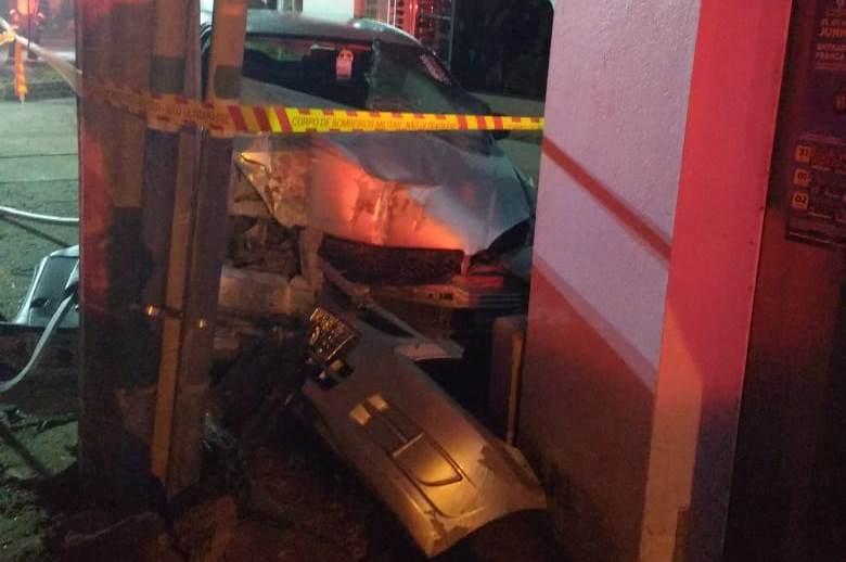 Adolescente fica presa às ferragens após acidente em Imbuia