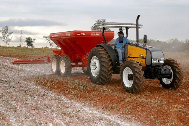 Agricultores de Chapadão do Lageado são beneficiados com horas de máquina e calcário