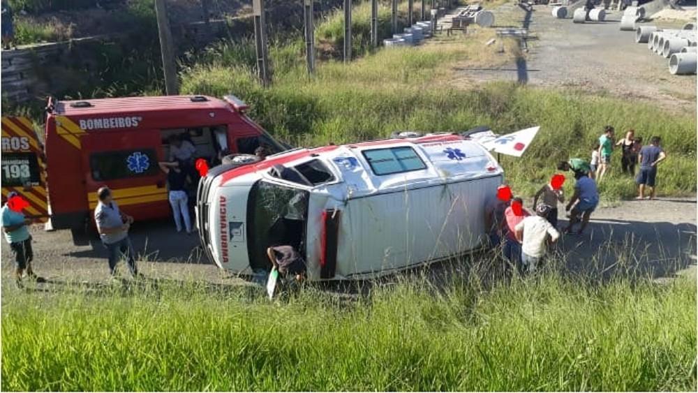 Ambulância capota com paciente após carro invadir pista contrária na BR-470 em SC