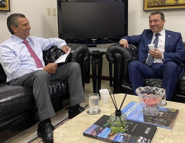 Após afastamento, Carlos Moisés entrega carta para presidente da Alesc