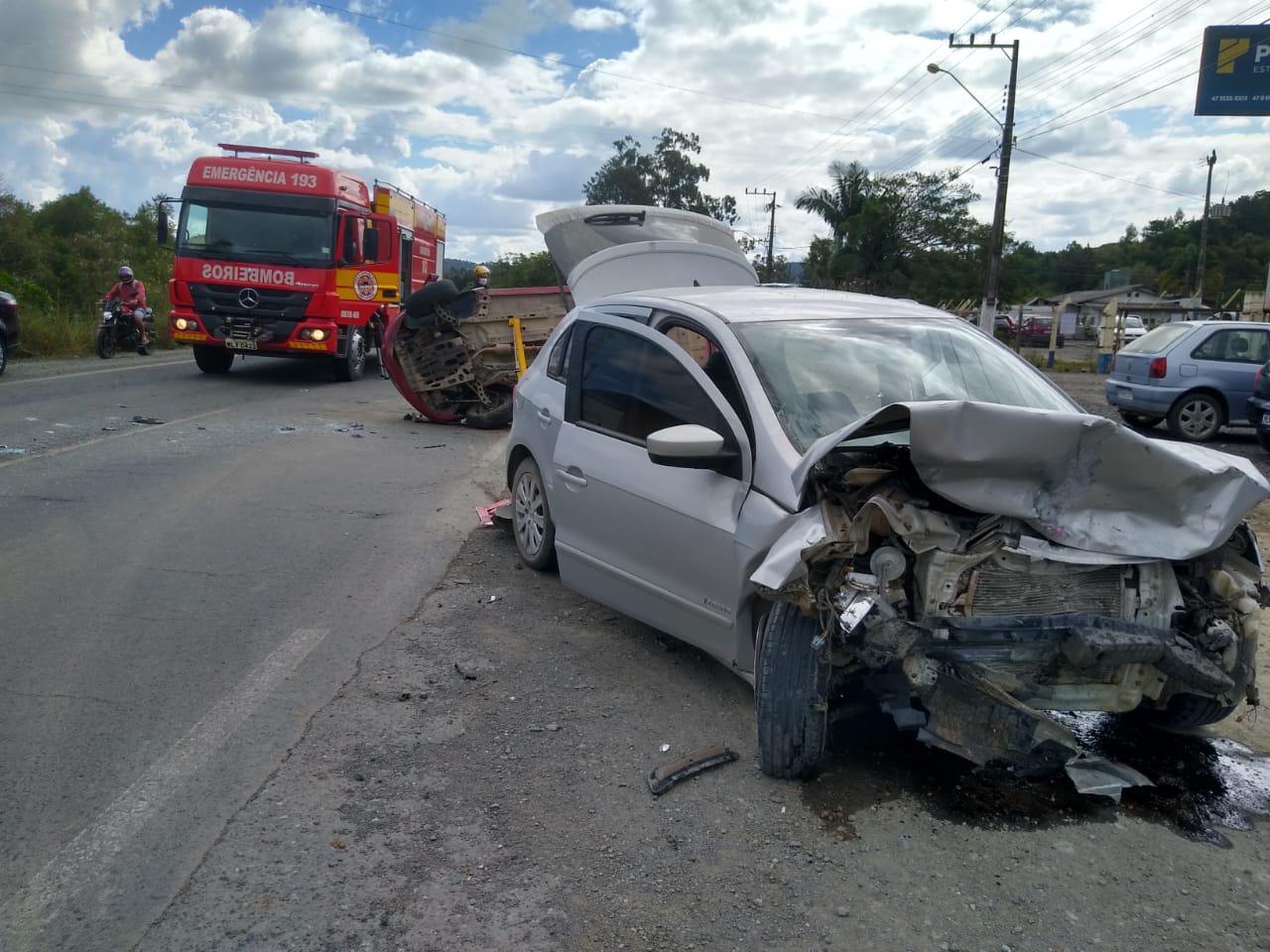 Após colisão entre dois veículos na SC 350 em Ituporanga, vítima fica encarcerada e sofre traumatismo craniano