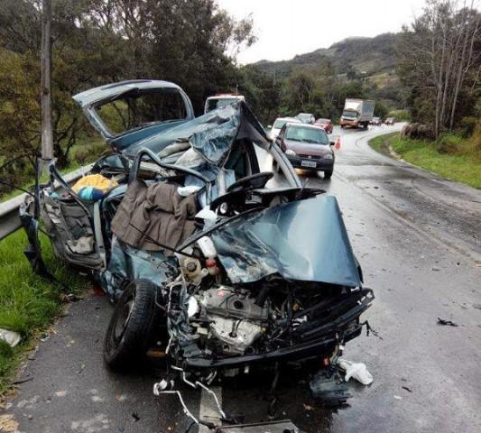 Colisão entre carro e caminhão deixa dois mortos em Alfredo Wagner