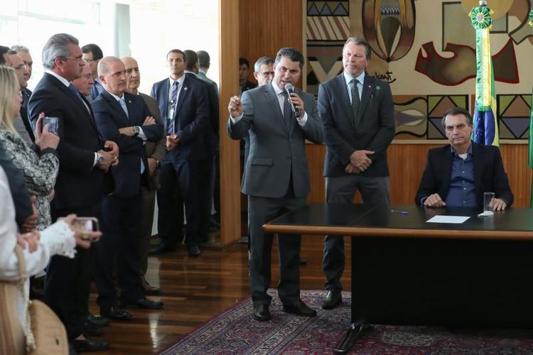 Bolsonaro sanciona lei que amplia posse de arma de fogo na área rural