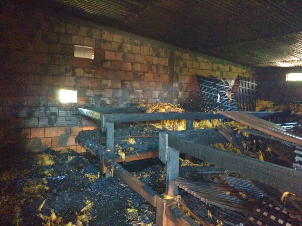 Bombeiros atendem incêndio em estufa de fumo em Chapadão do Lageado
