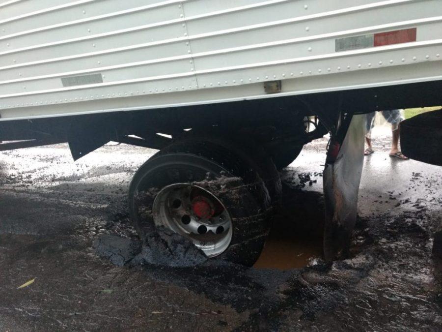 Caminhão cai em buraco na BR-470 em Lontras