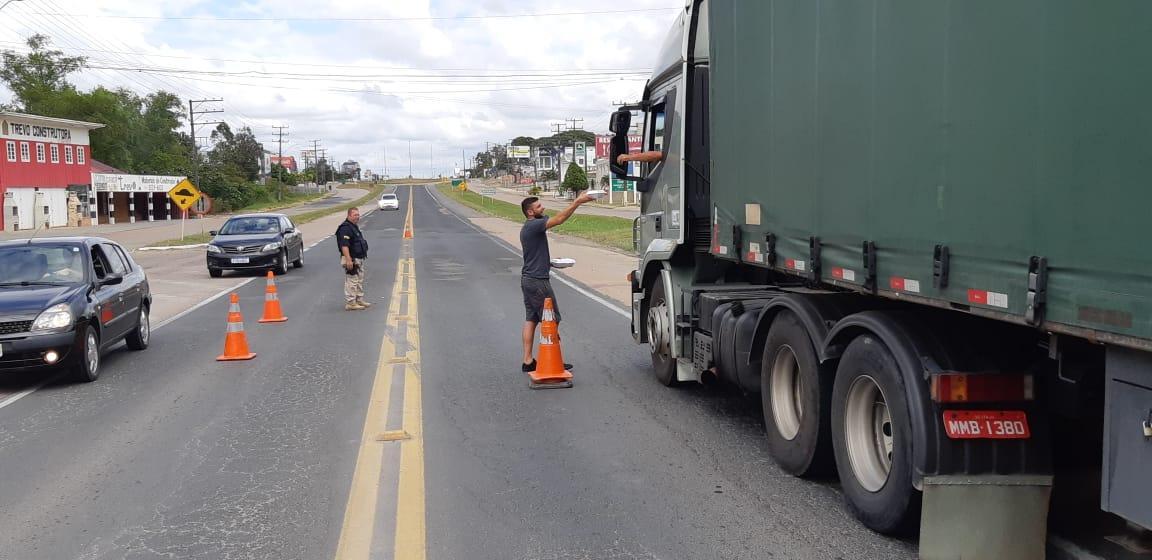Solidariedade: Caminhoneiros recebem alimentação gratuitamente na BR-470 em Rio do Sul