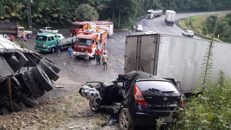 Carreta desgovernada colide em carro e caminhão na BR-470 em Pouso Redondo
