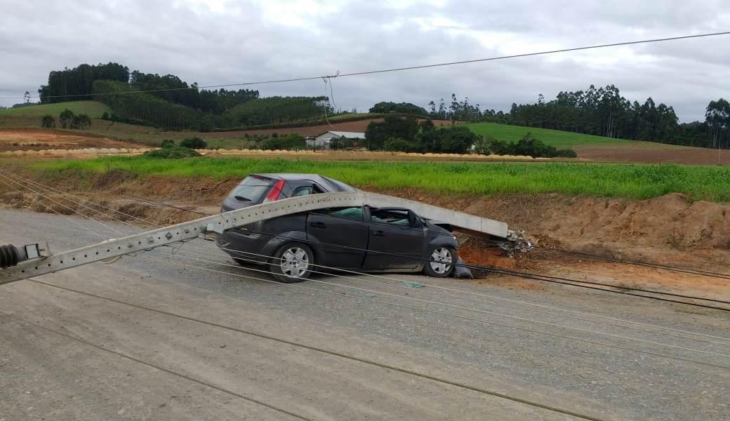 Carro bate em poste que cai sobre o veículo em Ituporanga