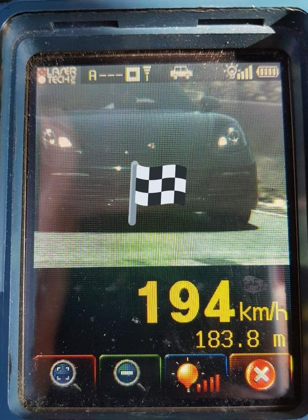 Carro de luxo é flagrado a mais de 190 km/h em estrada de Florianópolis
