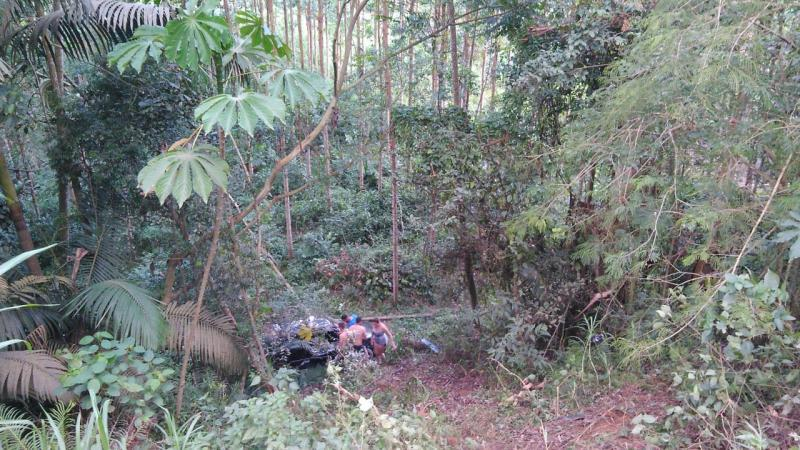 Carro se perde em curva, cai no mato e carona é lançado para fora do veículo em Ibirama
