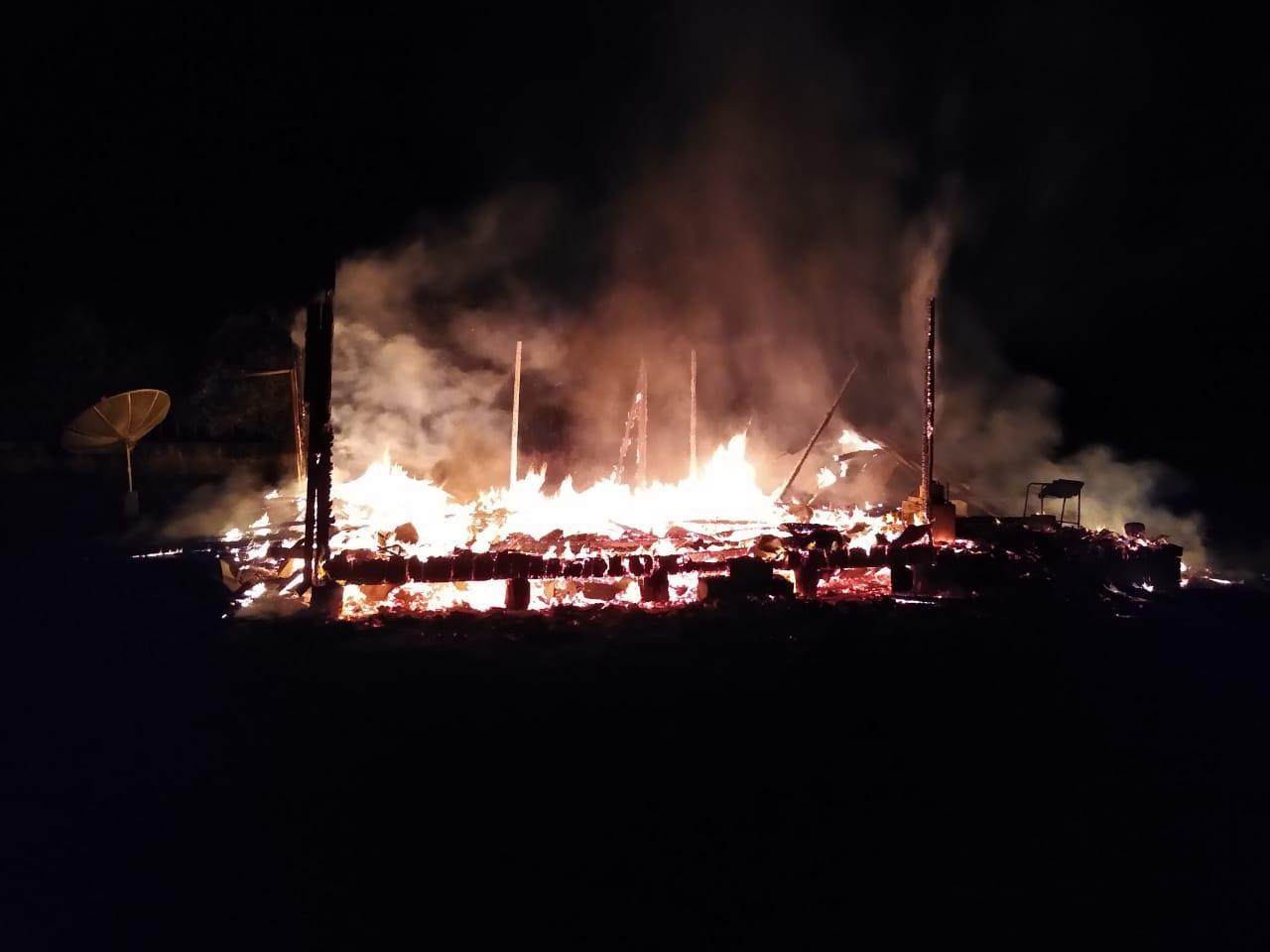 Casa desabitada é destruída pelo fogo em Petrolândia