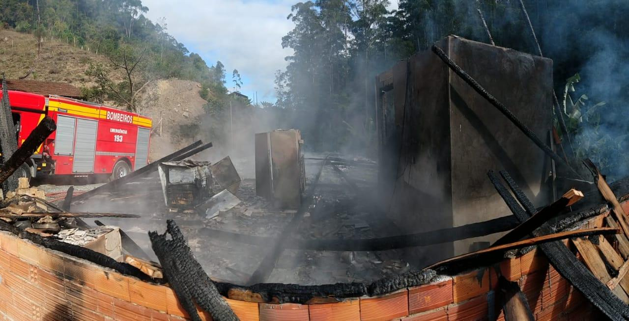 Casa é destruída por incêndio em Vidal Ramos; ninguém ficou ferido
