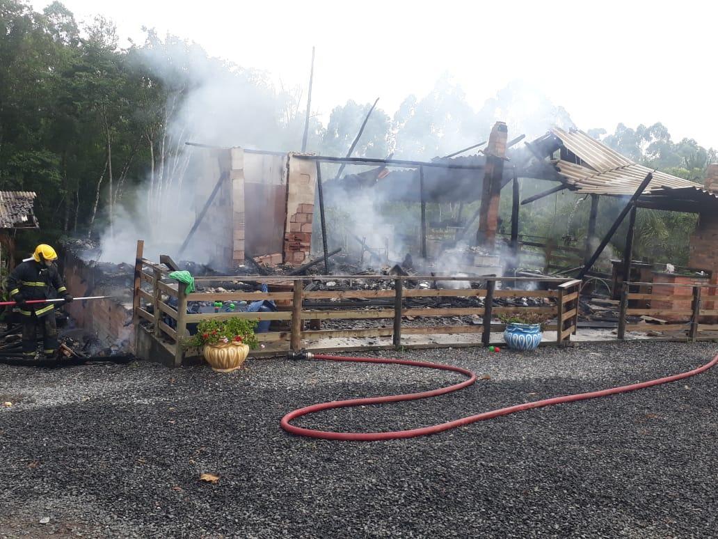 Casa é destruída por incêndio no interior de Ituporanga