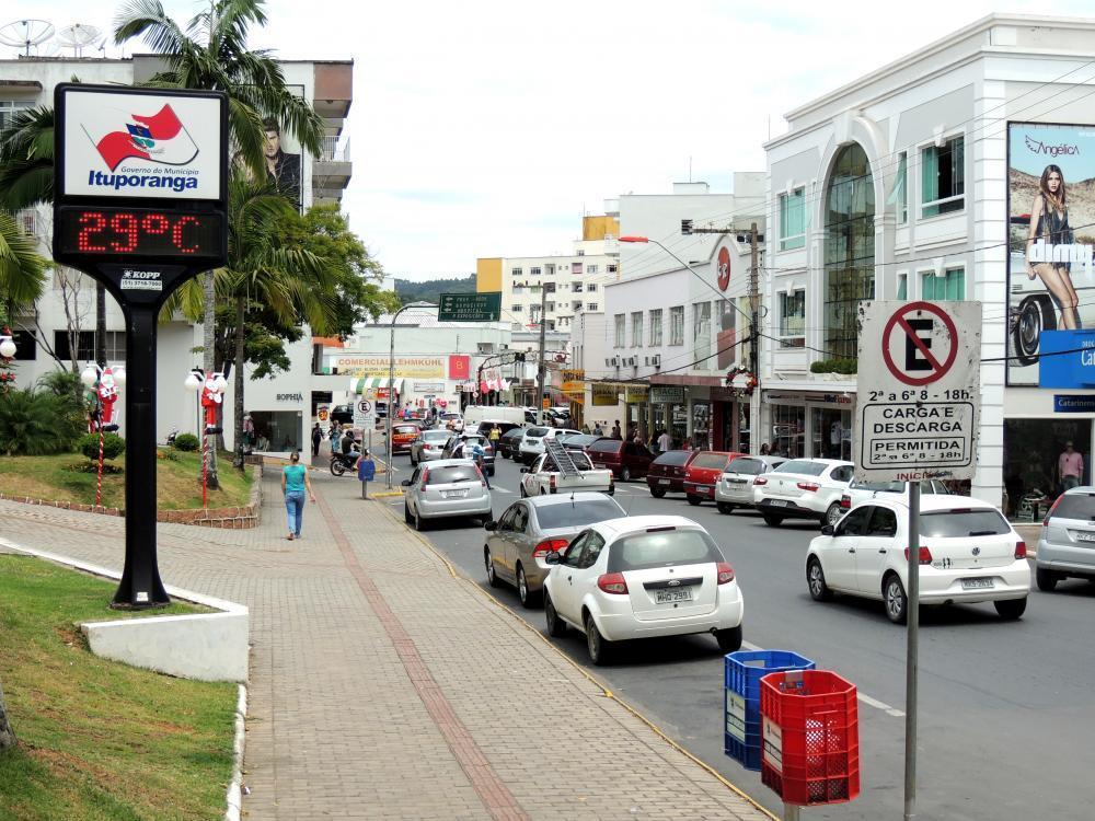 CDL de Ituporanga faz campanha para uso consciente das vagas de estacionamento nas ruas centrais da cidade