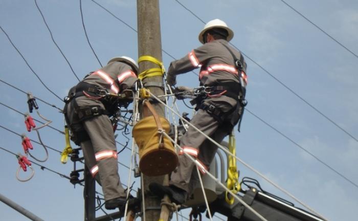 Celesc amplia equipes para restabelecimento de energia, mas comunidades da região ainda estão a mais de 20 horas sem energia elétrica