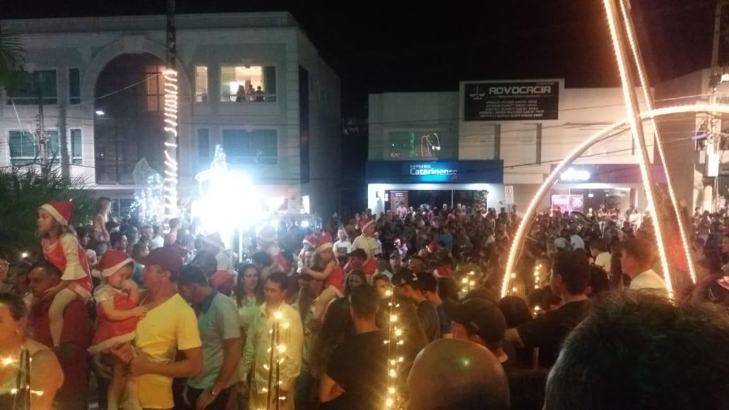 Centenas de pessoas prestigiam inauguração das luzes natalinas em Ituporanga