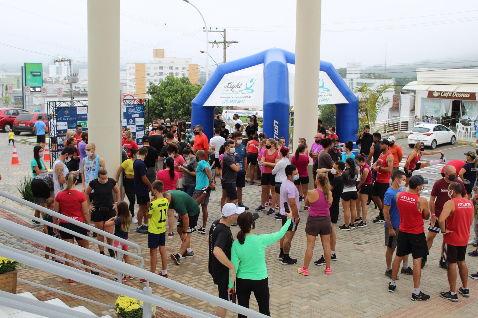 Corrida e Caminhada pela Vida reúne mais de 200 atletas e arrecada mais de uma tonelada de alimentos