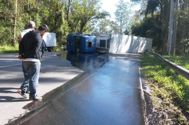 Caminhão frigorífico tomba e bloqueia pista na BR-470 em Ibirama, no Alto Vale