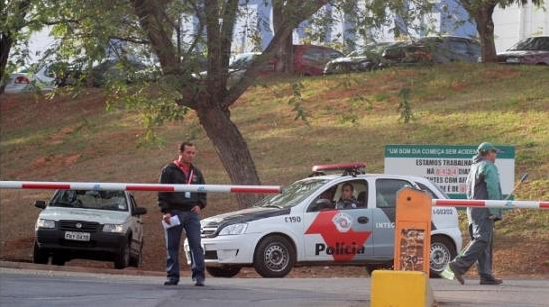 Assaltantes fazem 200 reféns e levam R$ 80 milhões em eletrônicos