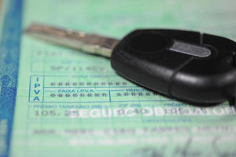Deputados de SC aprovam lei que proíbe recolhimento de carros com IPVA atrasado
