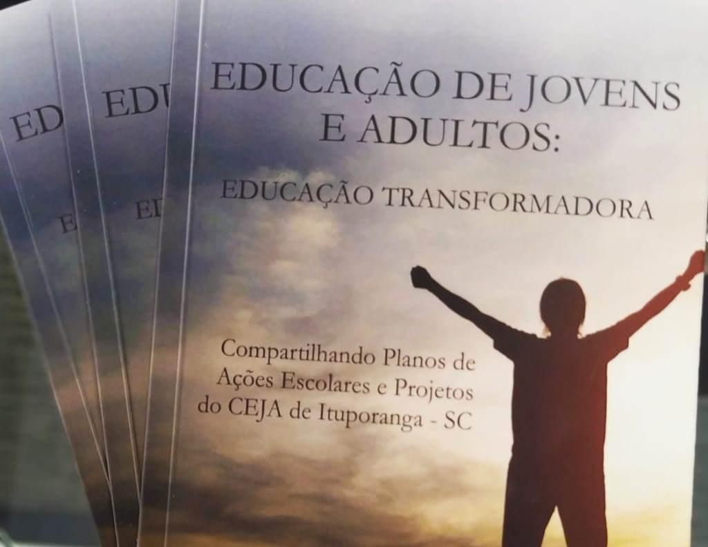 Dia do Professor: Diretora do Ceja de Ituporanga lança livro sobre educação de jovens e adultos
