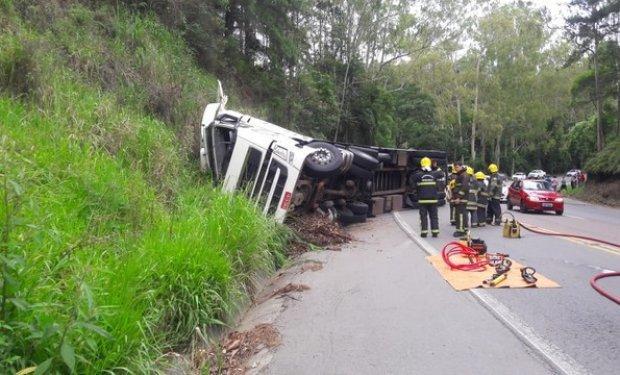 Duas pessoas morrem após carreta tombar na BR-470, em Ibirama