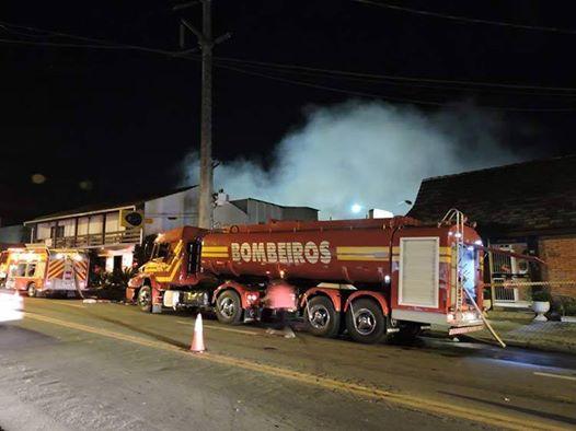 Bombeiros trabalham mais de 12 horas no incêndio da empresa Blukit em Blumenau