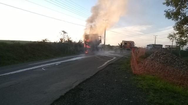 Caminhão pega fogo em Bela Vista