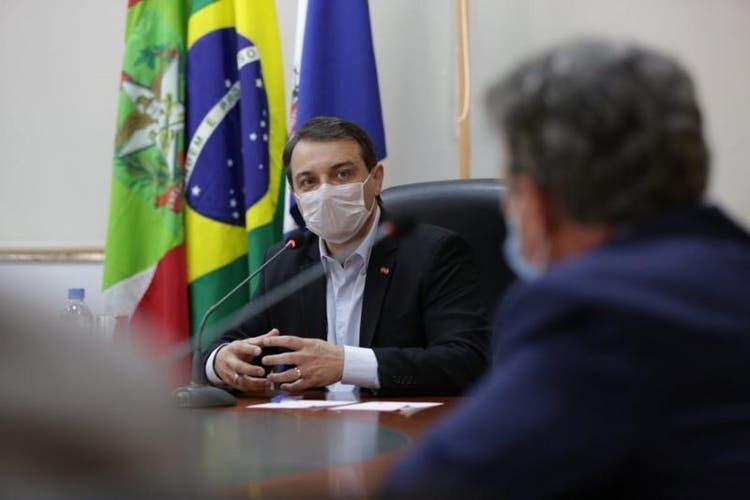 Em Joinville, governador diz que volta de aulas e transporte será avaliada por regiões de SC