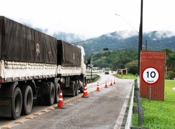 Mais de 90% dos caminhões trafegam com excesso de peso em SC, diz PRF