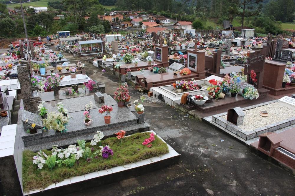 Famílias fazem limpeza e preparam túmulos para o Dia de Finados em Ituporanga